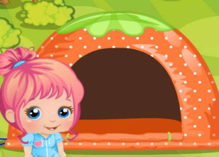 Bébé Alice fait du camping